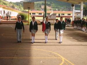 LA NUEVA ESCOLTA, RINDIENDO HONORES A LA BANDERA, EN LA APERTURA DEL CICLO ESCOLAR 2009-2010.
